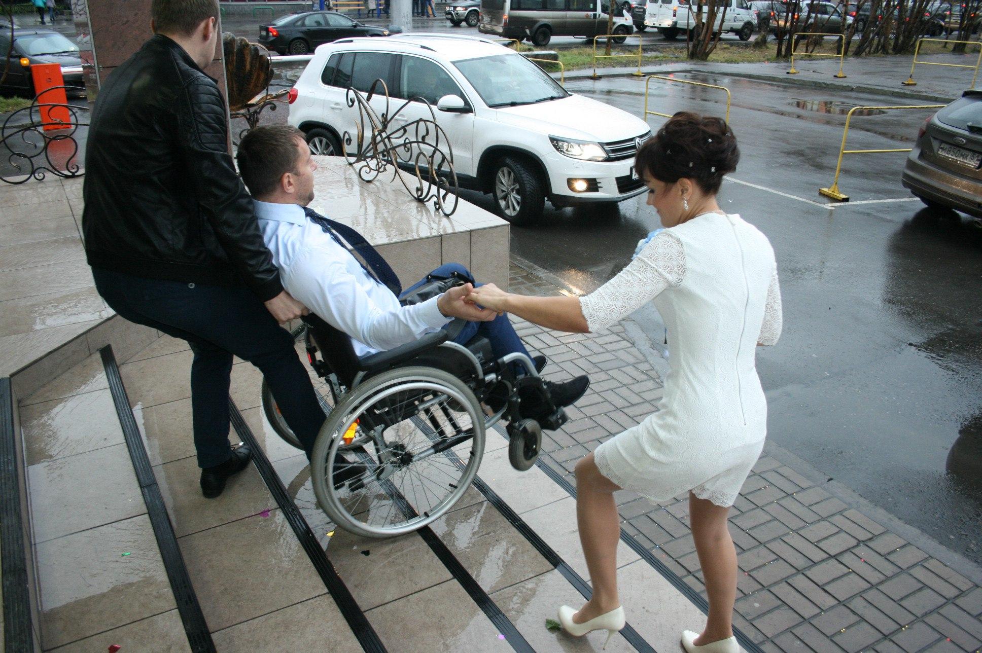 Стриптиз в инвалидной коляске 2 фотография